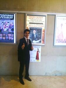 en la puerta del Gran Teatro de Elche